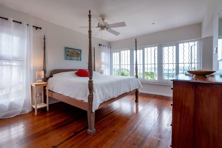 Master bedroom 2 with en suite - King Size bed