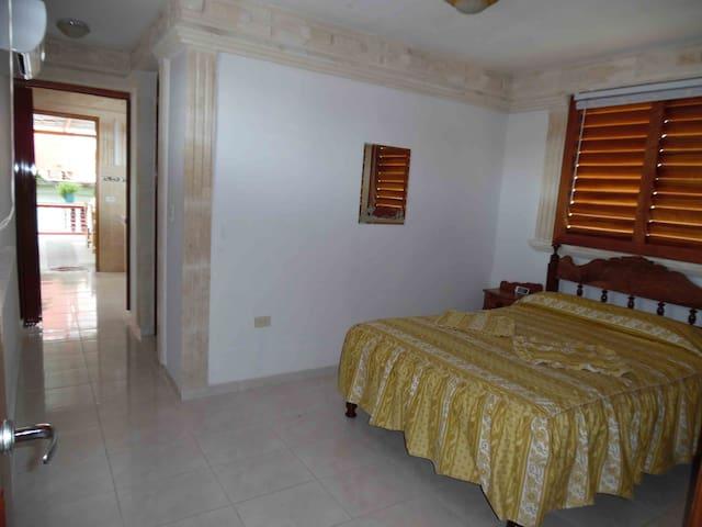Gemütliches Zimmer und Bett mit Komfortmatratze