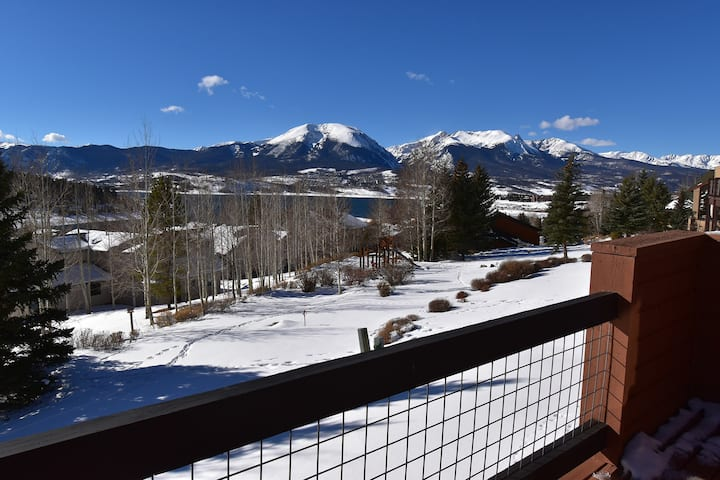 Private Hot Tub, Views, 3 Decks. Walk to Trails. Easy Drive to Slopes, Dining