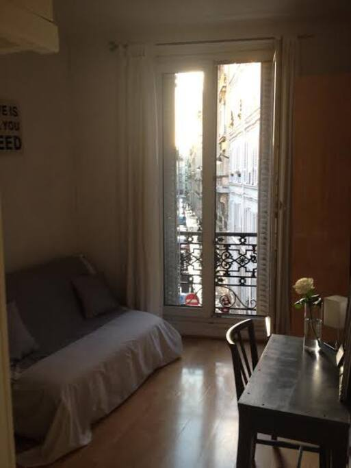 joli studio mezzanine paris op ra appartements louer. Black Bedroom Furniture Sets. Home Design Ideas
