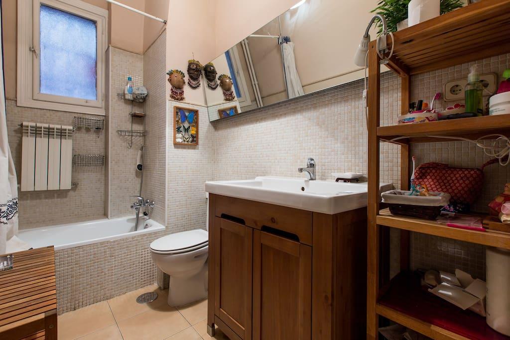 Baño para uso exclusivo, con todo lo necesario.