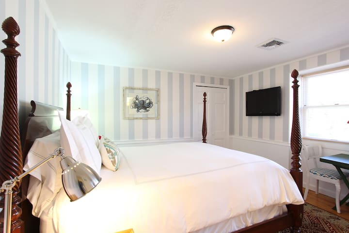 Luxurious & Comfortable Queen Room in B&B