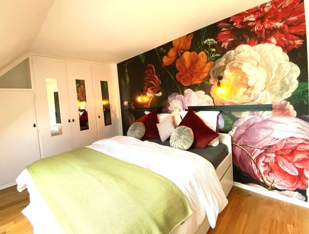 Chambre rose avec deux lits simples 90x200 et deux lits tiroirs (80x200) , idéal pour enfants.