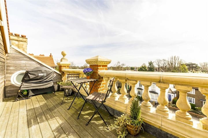 Beautiful Top Floor Maisonette w. Terrace and View