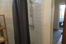 Det kan vara skönt att duscha av sig saltet efter badet. En liten tvättställning finns för badkläder eller handdukstork, som kan sättas ute eller inne.
