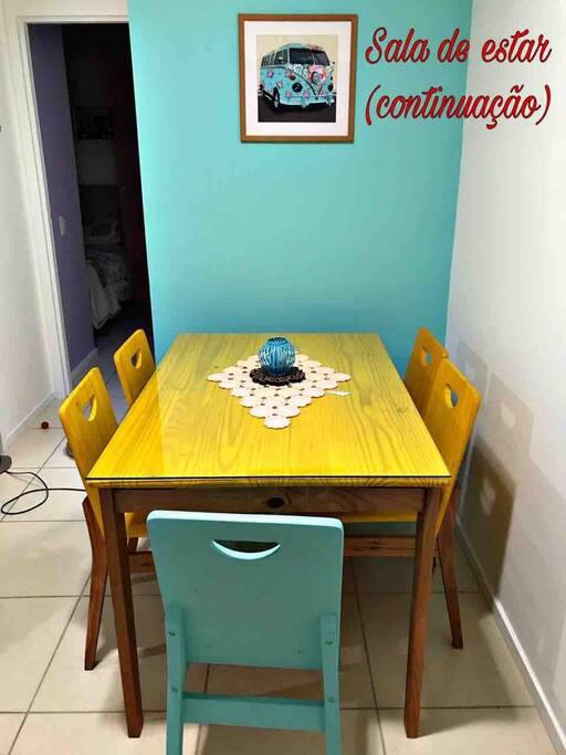 Mesa para refeições e útil para estudar ou usar aparelhos eletrônicos.