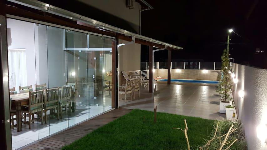 Casa de Praia com piscina e Beto Carrero.