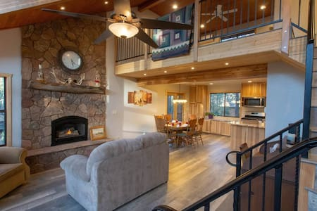 Spacious Chalet Retreat, 3 Decks, Newly Renovated Wildlife Abound
