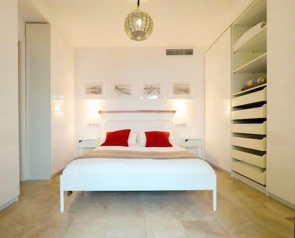 Hermosa habitación doble con armarios