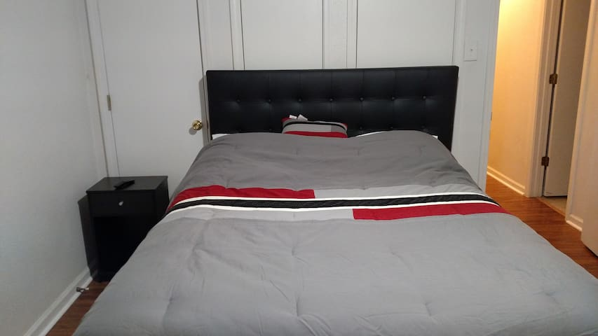 1 minute drive to LSU, spacious room, West Room