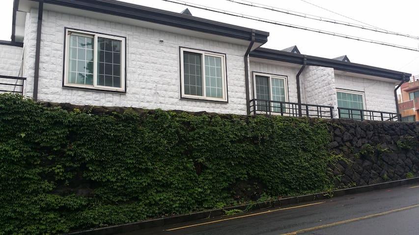 JM렌탈하우스 중문마을안에 위치한 독채팬션!! 침실이  무려 셋!!! - Jungmun-ro, Seogwipo-si - House