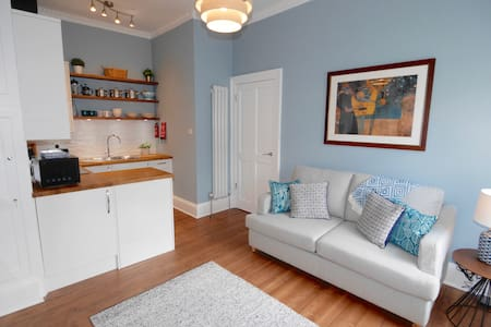 Newly renovated central Edinburgh apartment