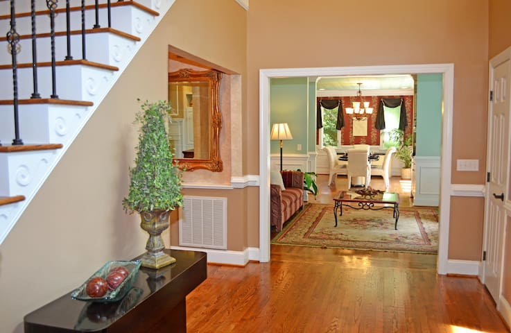 #1Location-BIG Mansion-COLLEGES minutes away - Cary