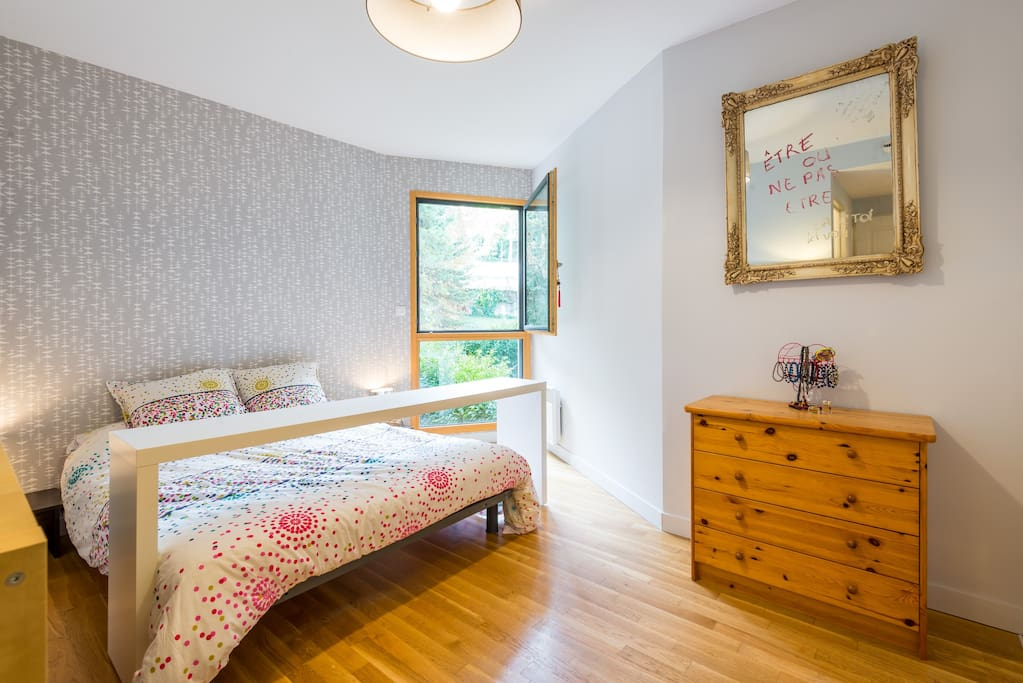 Grande chambre avec lit double et salle de douche attenante