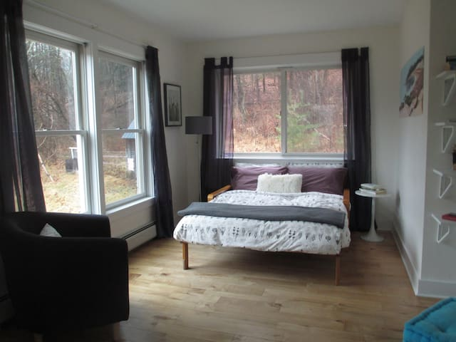 Bright, cozy room with private bath - Brattleboro - Casa