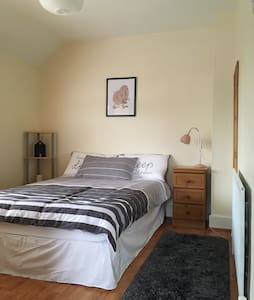 Cosy double room in a quaint and happy home! - Whitehall