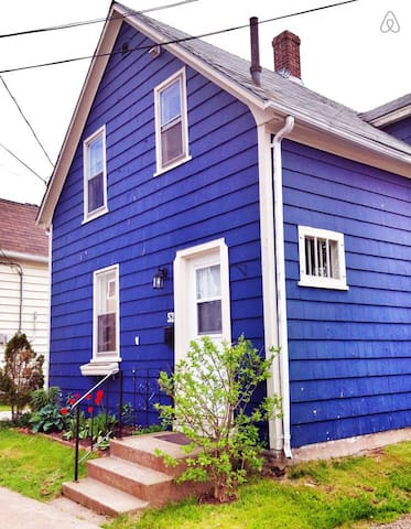 The Cute Blue House - Walk to Downtown