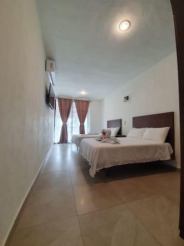 Habitación con dos camas matrimoniales, pantalla de 43 pulgadas, con cable. A/C. Garantizado para una estancia agradable y placentera.