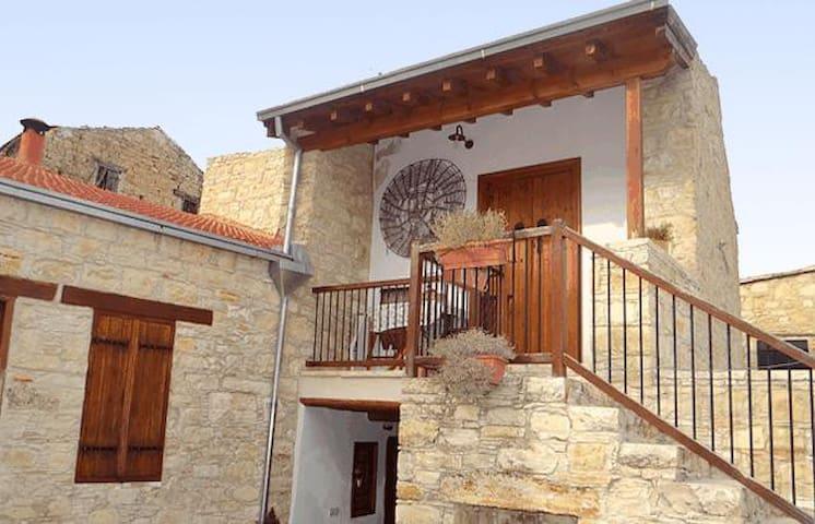 Τα Πετρόσπιτα της Κωνσταντίας - Λόφου - Haus