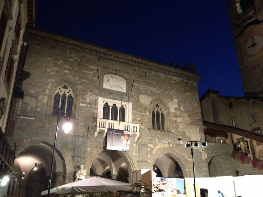 Piazza Vecchia in una serata d'estate