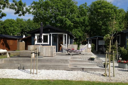 Cosy Chalet located directly at a lake - Elahuizen - Chalet