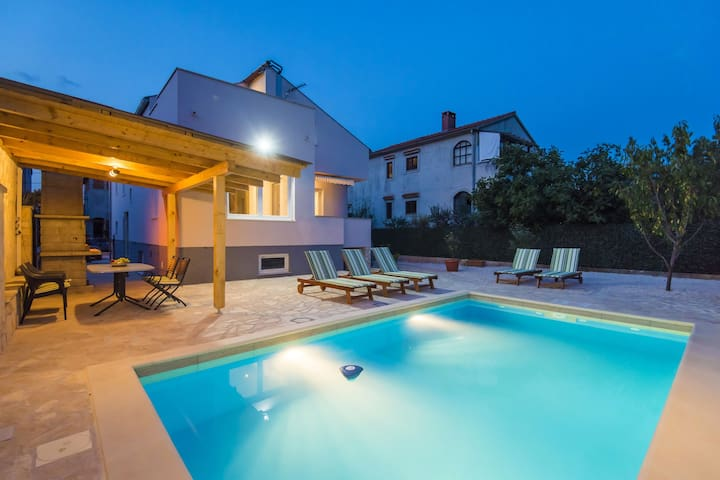 Lovely  holiday house with private swimming pool, charming covered terrace, BBQ