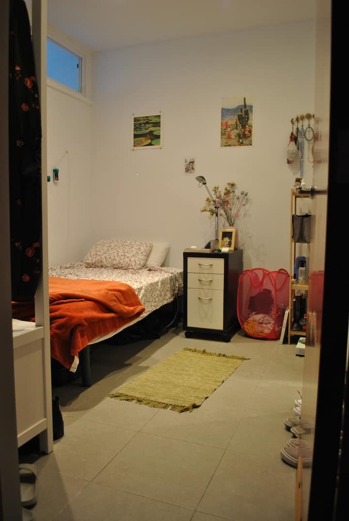Cozy room in a lovely little apartment in Barna!