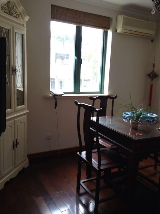 酸枝木红木餐桌和角柜中西结合