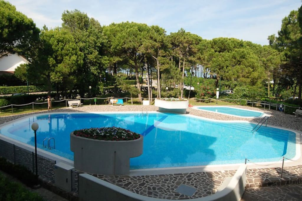 Piscina per adulti e bambini   Swimming pool for adults and children