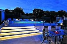 terasa i bazen noću