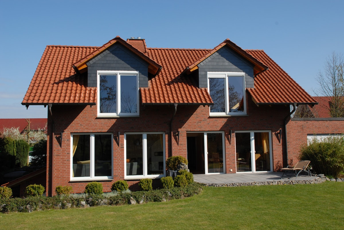 Unter Den Beiden Linken Terrassentüren Befindet Sich Das Wohnzimmer