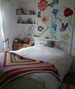 Lovely king sized bed in cosy room - York