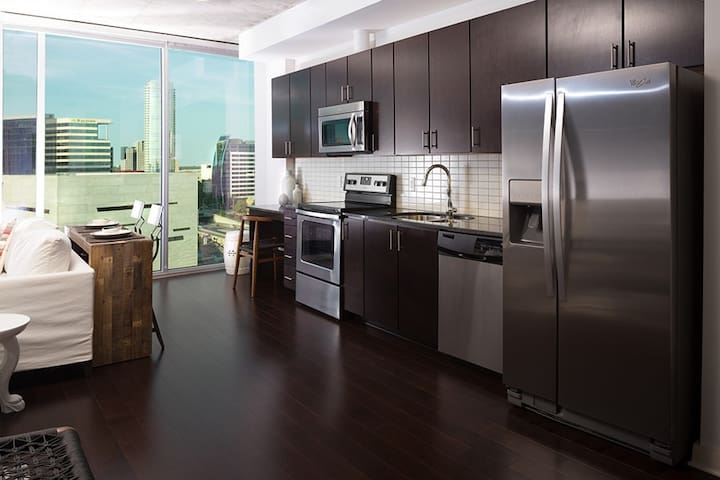 Downtown Luxury Highrise Condo With amazing views - Dallas - Condominium