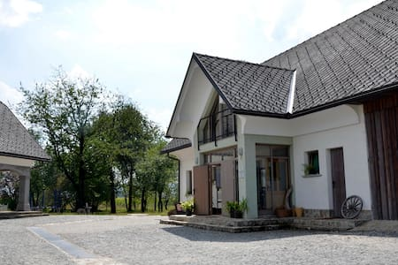 home surrounded by meadows  - Meja - Bed & Breakfast