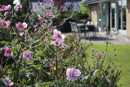 Lovely one-story house - Jyllinge - Casa