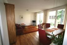 Großes helles Wohnzimmer mit Balkon und Markise