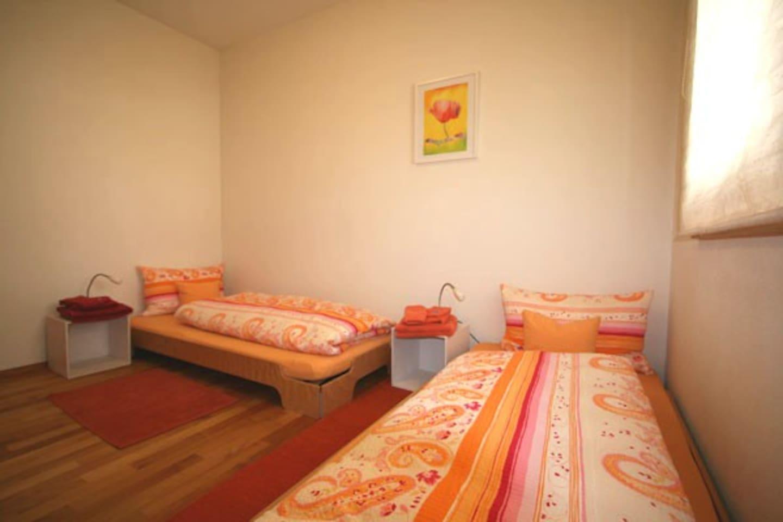 Schlafzimmer mit ein oder zwei Betten.