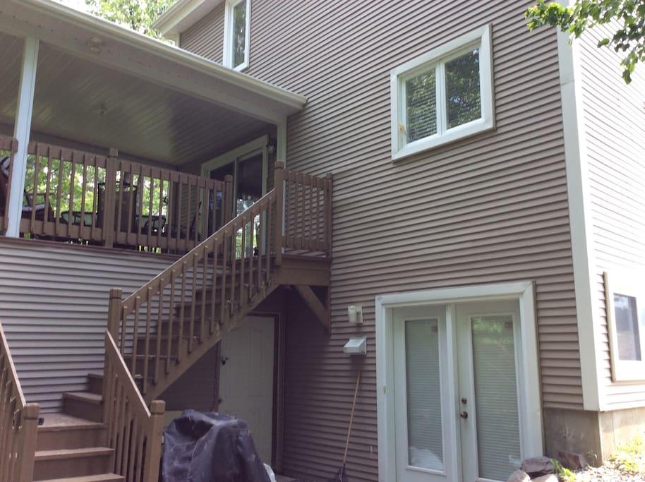 Entrée de jardin à l'arrière du cottage avec accès au patio couvert( et au BBQ).