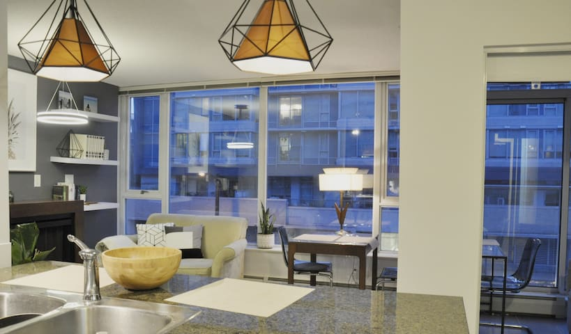 Modern 1 bedroom 1 Den Parking Tinseltown Gastown