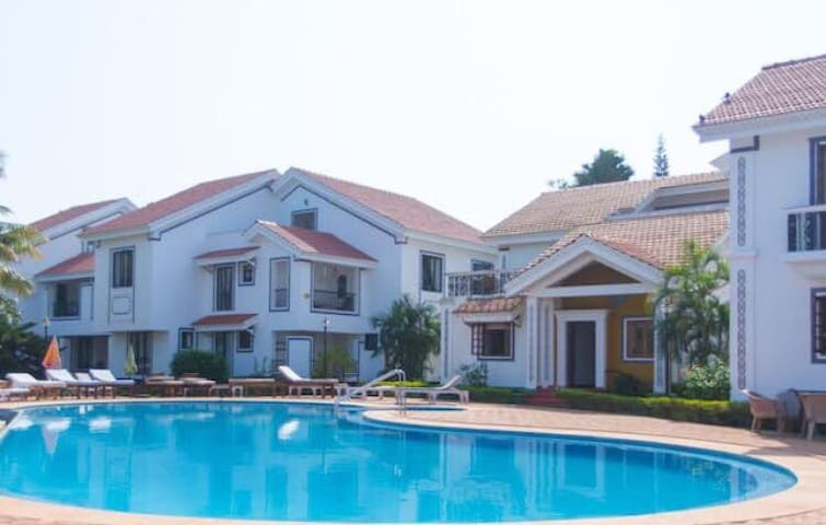 Charming Poolside Villa -Lakefront