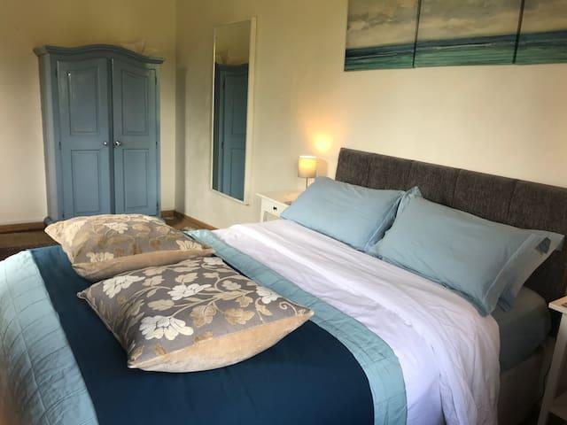 """La chambre 3 dite """"des hirondelles"""" : toutes nos chambre disposent de lits confortables, des armoires et des chambres de bain avec baignoire et douche."""