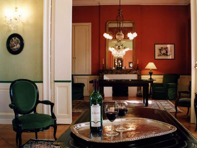 La vie de Château dans le bordelais - Beychac-et-Caillau - Şato