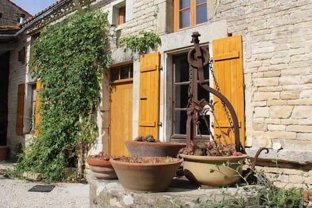 Stone farming cottage in Charente. - Huis
