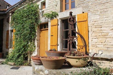 Stone farming cottage in Charente. - Dům