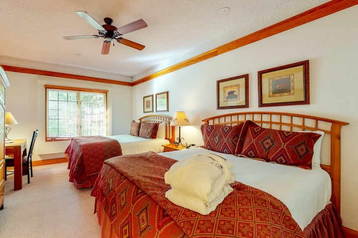 Bright & spacious studio w/shared pool/ski access/shared hot tub/free WiFi!