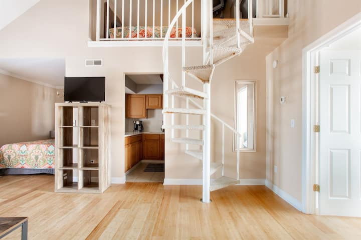 Nashville Loft, Clean & Trendy! Downtown! Great for 2 to 8 ppl!