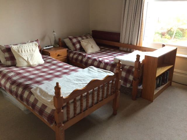 Twin bedroom nr University