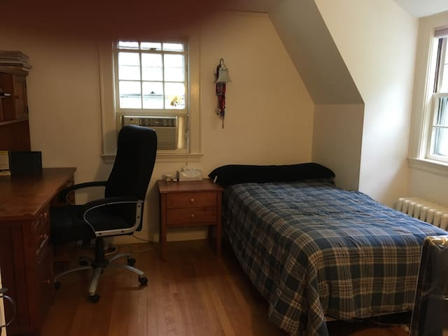 Single room close to public transpo - Winchester - House
