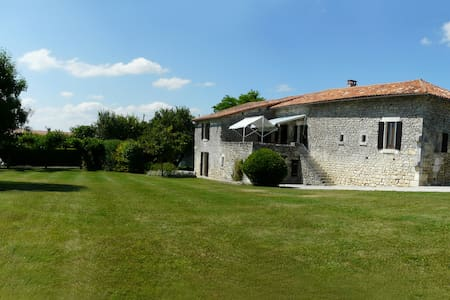 13th century home with large pool - Verteillac