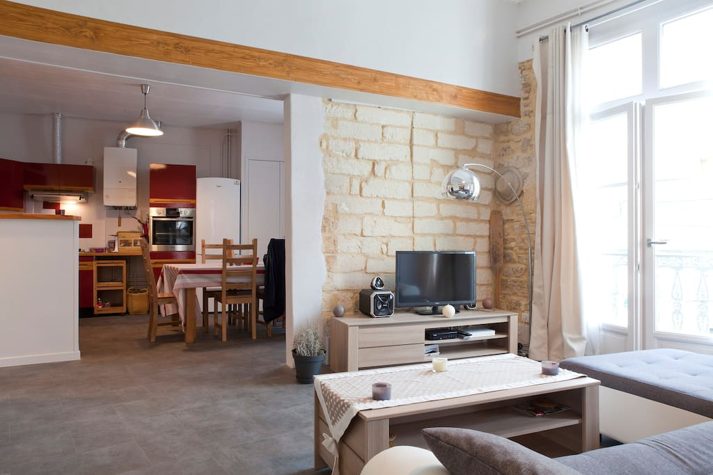 Séjour lumineux, confortable, spacieux et ouvert sur la cuisine